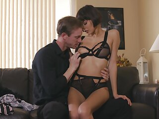 Deep sex on the couch leads fine woman to come to a head mount
