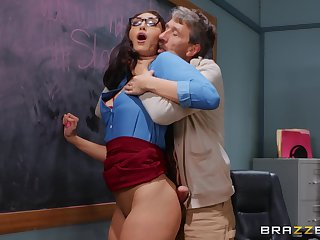 Experienced man deep fucks curvy student in dramatize expunge classroom