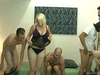 Big bottomed added to busty tow-headed Alice Dead in one's tracks hooks up up bisexual dudes