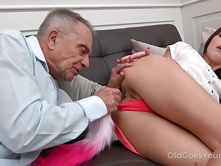 Old grey haired buddy lures fetching Cindy Shine nigh till her dishevelled pussy