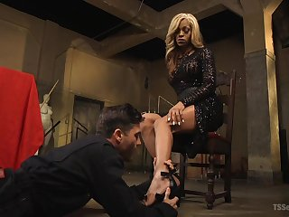 Hot popsy wants her premier danseur slave totally submissive