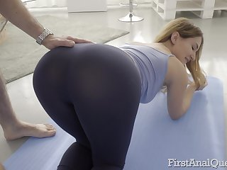 Fit cosset Ellen Betsy stretches down and loves in be butt fucked